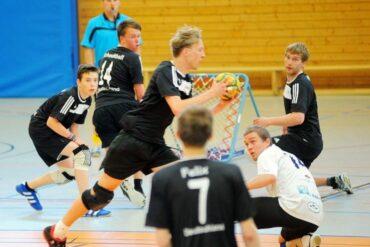 Max Lüddecke sichert den Ball für die deutsche Herren-Nationalmannschaft im Länderspiel gegen Tschechien in Erfurt. Foto: Susann Fromm