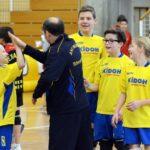 Trainer Stefan Anhalt klatscht die Spieler ab. Foto: S. Bruhin