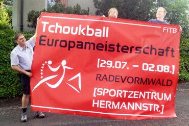 Größer als unsere Spieler: Die Werbebanner für die Tchoukball-EM in Radevormwald. (Foto: Rafael Hild)