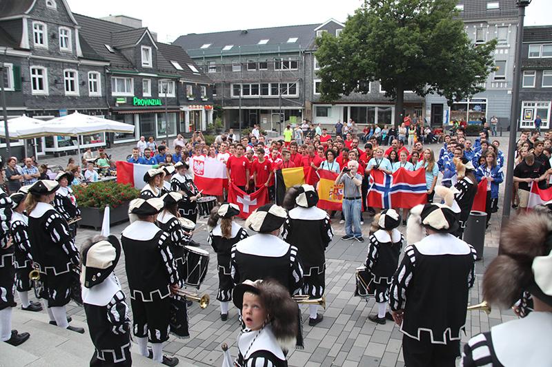 Vor dem großen Regen nahmen die Mannschaften mit ihren Nationalflaggen auf dem Marktplatz Aufstellung. (Foto: Lara Diederich)