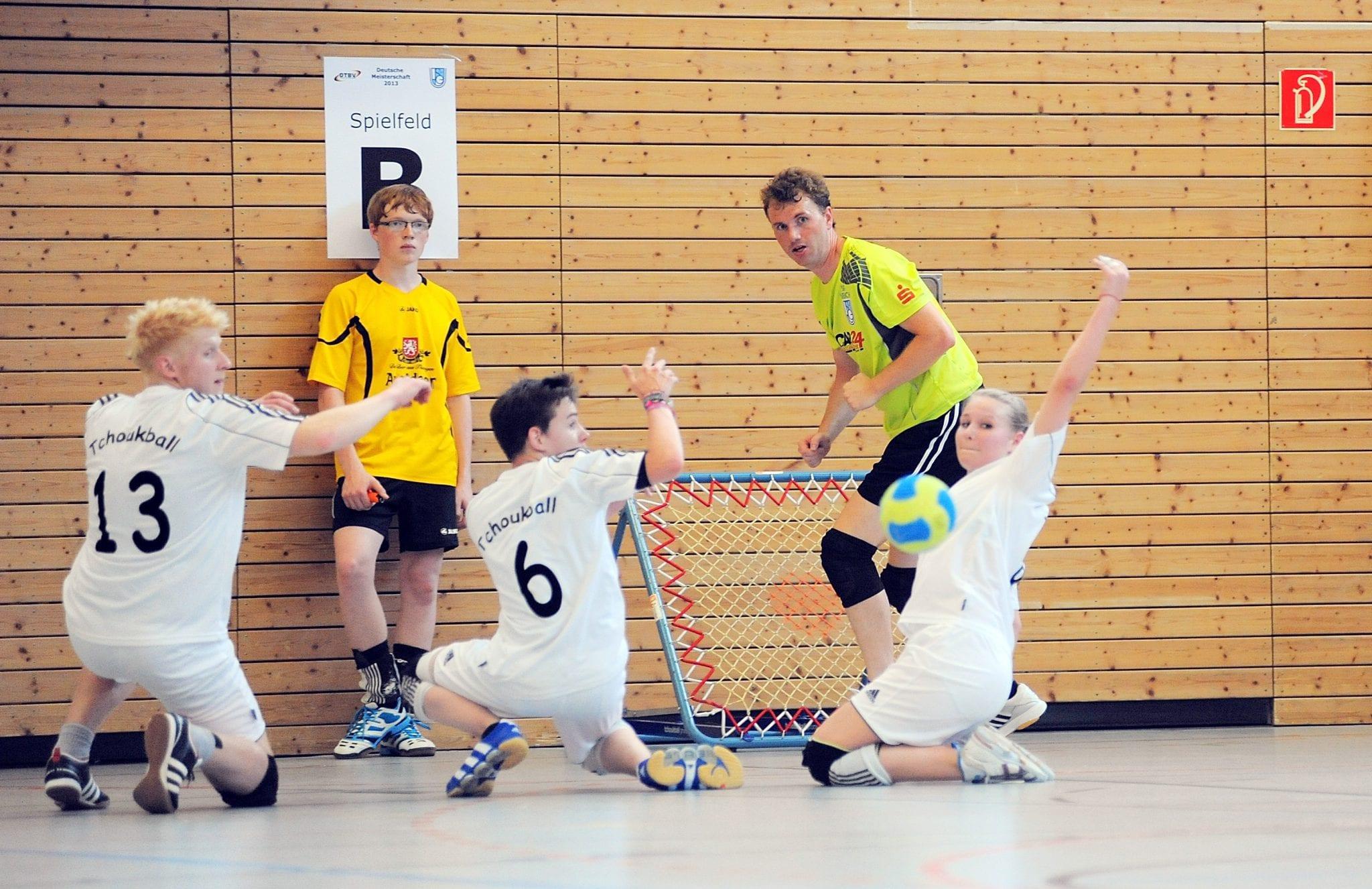 Erfurt war am Wochenende erstmals Austragungsort der Deutschen Meisterschaft im Tchoukball. Hier: Andreas König von Gastgeber SG Urbich II (grüne Trikots) im Vorrundenspiel gegen das Team Tchoukball Halver II. Halver gewann 34:18. Foto: Susann Fromm