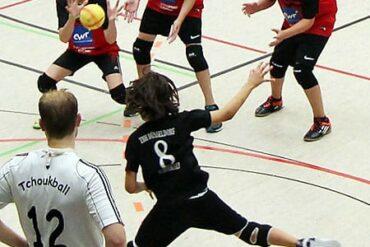 Premiere: Spieler der Lenneper TG verteidigen den Wurf des TBH Düsseldorf.