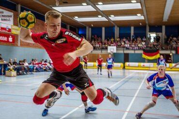 Lars Diederich (TuS Oeckinghausen) beim Abschluss im Spiel gegen Großbritannien bei der EM 2014 (Foto: Benedikt Hild)