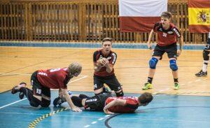 Mauro van Noppen (Mitte) in der Verteidigung, hier im Spiel der M18 mit der Schweiz. (Foto: Susann Fromm)