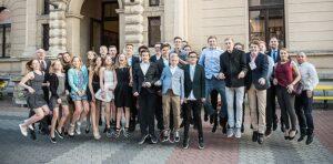 Einen Freudensprung machten die erfolgreichen deutschen Juniorenteams vor dem Galadinner im Theater von Jičín. (Foto: Susann Fromm)