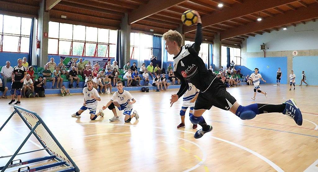 Deutschlands Junioren-Tchoukballer spielten bei de EM eine starke Vorrunde. Hier schließt Johann Bärwinkel von der SG Urbich im Spiel gegen Italien B ab. (Foto: ETBF/FTBI)