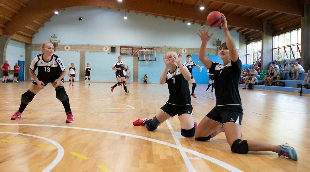 Beim 38:58 gegen den späteren Vizemeister Schweiz waren die deutschen Frauen in der Vorrunde erwartungsgemäß chancenlos. Hier in der Verteidigung (von links): Marie Berbecker, Anna-Julia Diederich und Elisa Donig. (Foto: ETBF/FTBI)