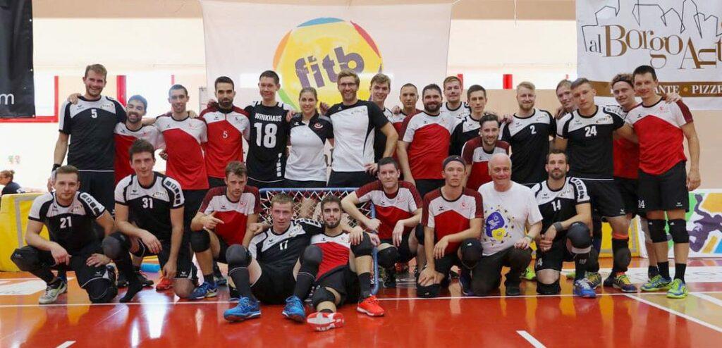 Das ist Tchoukball. Nach dem kleinen Finale stellen sch beide Teams lächelnd den Fotografen. Mitten unter den Männern aus Deutschland und der Schweiz ist auch Michel Favre (vorne, Zweiter von rechts), selbst Schweizer und einer der Mitbegründer der Sportart Tchoukball. (Foto: Swiss Tchoukball)